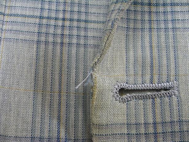 スーツ(ジャケット)の破れ修理(前身の端、ボタンの横)before