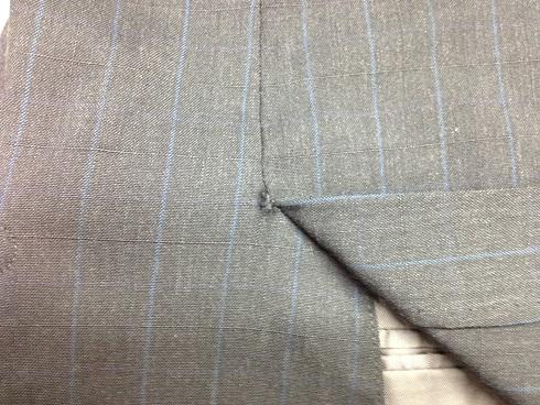 スーツ(ジャケット)のベンツの破れ修理before