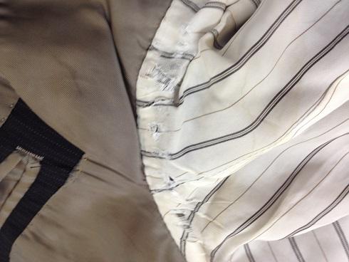 ジャケットの袖裏(脇)の破れ直しbefore