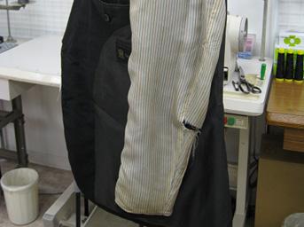 紳士スーツの袖裏の交換修理before