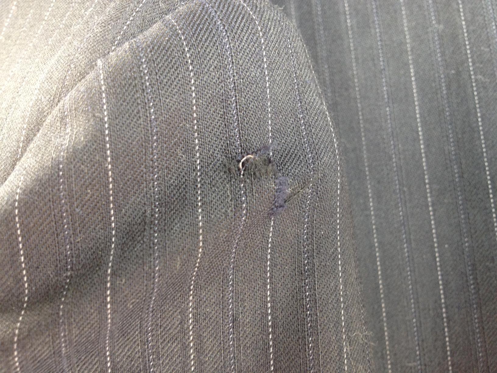 スーツ(ジャケット)の肩のひっかけた傷before