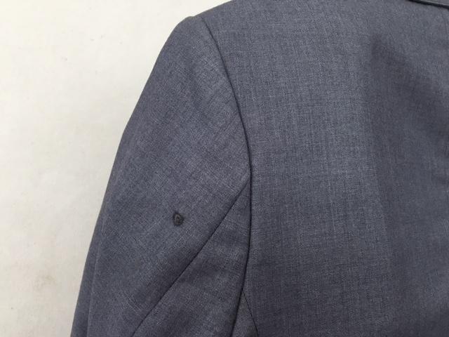 スーツの袖の焦げ穴を「かけはぎ」により修復before