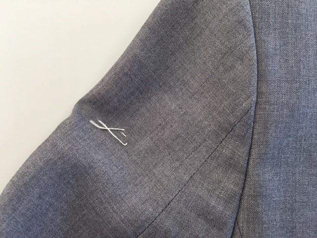スーツの袖の焦げ穴を「かけはぎ」により修復after