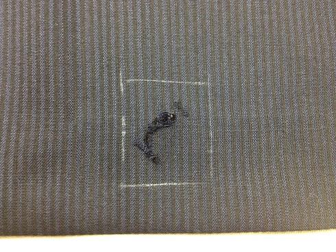 スーツ(ジャケットの裾あたり)の穴の修理(かけはぎ)before