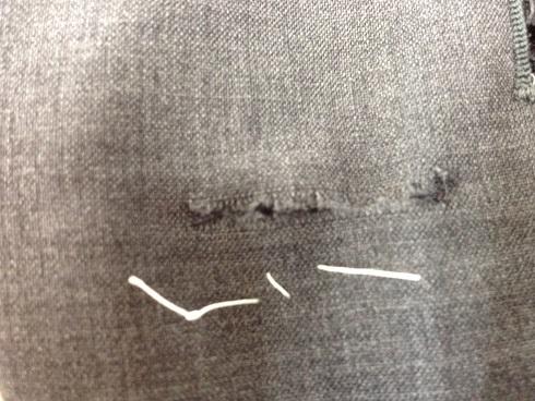 スーツのズボンの破れ修理before