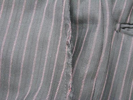 スーツ(ズボン)の前ポケットの端の破れ修理です。before