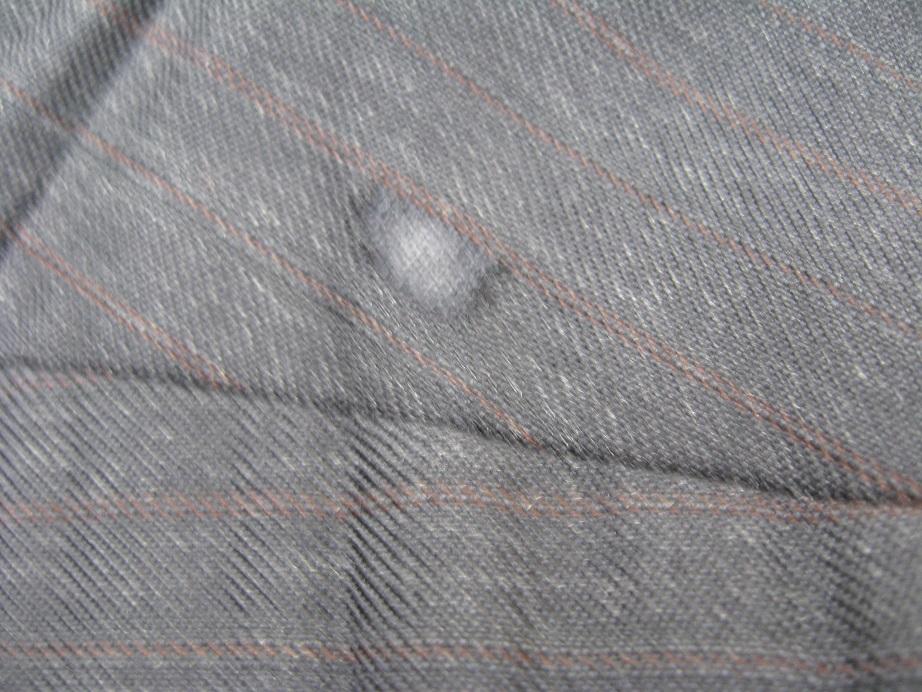 スーツの穴をミシン刺しで補修before